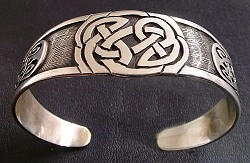 Bracelet with celtic knoth